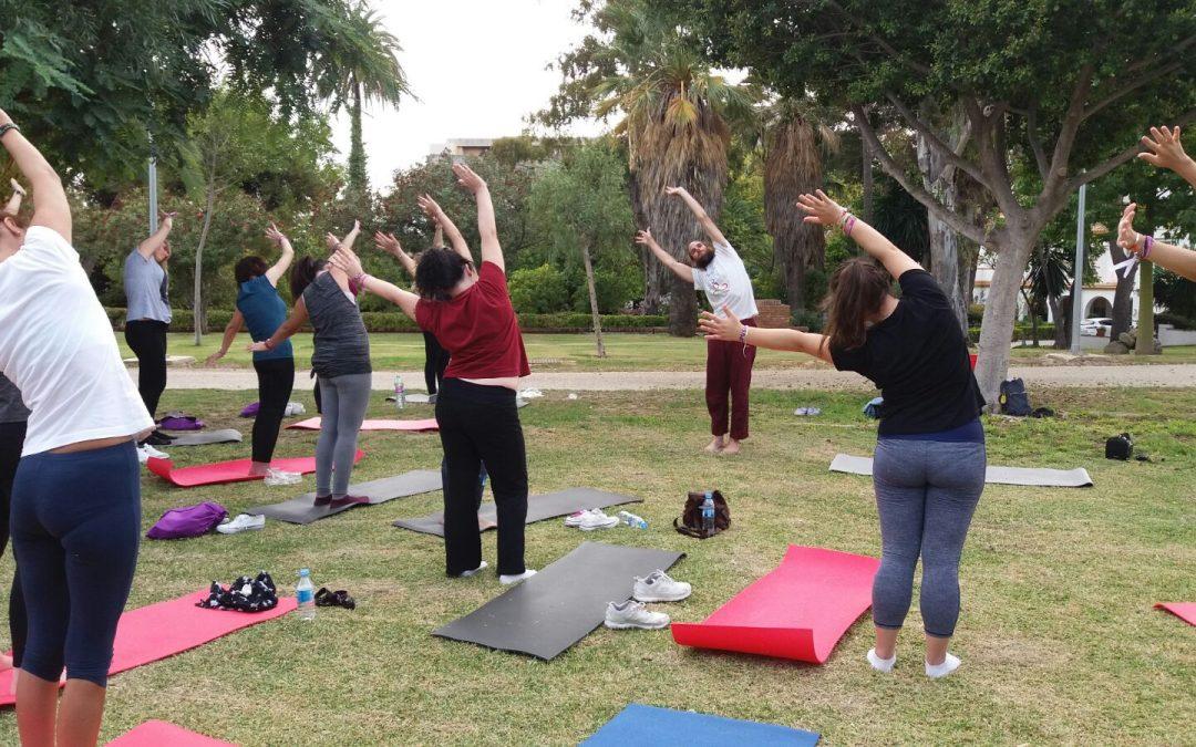 Éxito de la actividad de Yoga para jóvenes, organizado por IAYoga en colaboración con Asociación Lupus Málaga y Autoinmunes