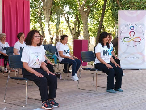 Yoga en la 24 Semana del Mayor: Los mayores y el yoga. Primera participación del IAYoga en el Auditorio Eduardo Ocon, Málaga