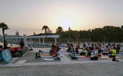 Yoga en el Deporte en la Feria el 3 de agosto en el Muelle Uno. Yoga, lenguaje universal. Claire Jones, Gloria Rico @MundoYoGlo
