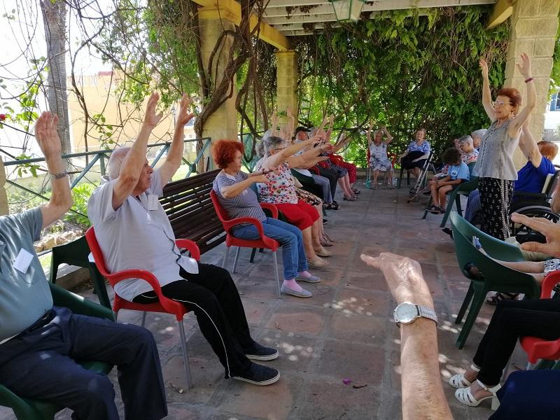 Yoga para mayores en silla en Alhaurín de la Torre, responsabilidad social en colaboración con la Fundación La Esperanza. Gracias a Jorgina Navarro, Andrea Vinci y Rubiela Suárez Yustty. Organizado por el IAYoga.